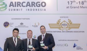 Boyke Soebroto (kiri) bersama dua nara sumber pada Indonesia Air Cargo Summit, 17-18 Mei 2017 di Jakarta. (Foto:Ist.)
