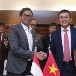 Dirut Garuda Indonesia dan Dirut Vietnam Airlines (kiri-kanan) bersalaman usai menandatangani MoU.